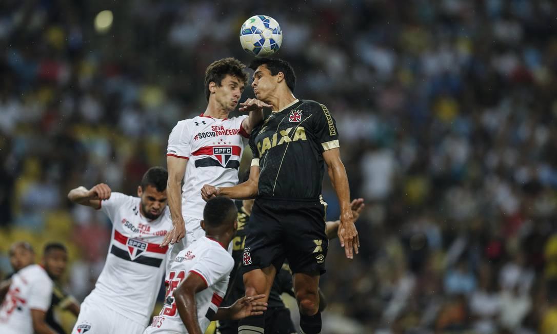 Vascaíno Lucas disputa a bola com jogador do São Paulo Alexandre Cassiano