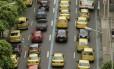 Táxis tomam avenida em Copacabana