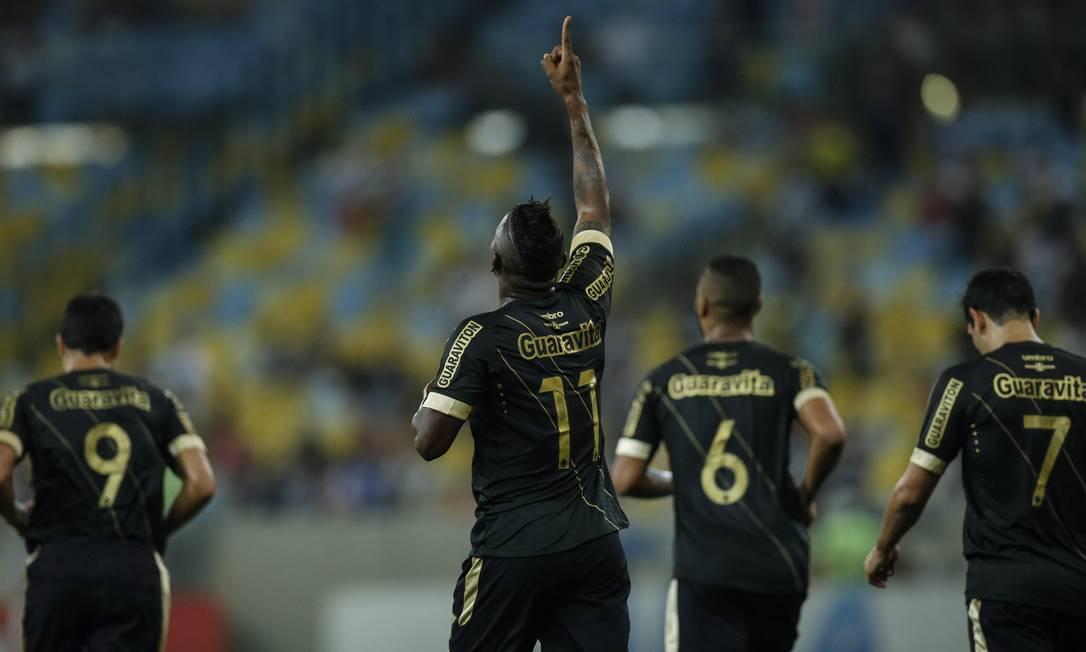 Riascos ergue o braço para comemorar o gol contra o São Paulo Alexandre Cassiano