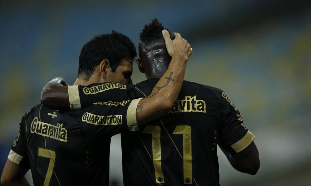 Herrera abraça Riascos após o gol no Maracanã Alexandre Cassiano / Agência O Globo