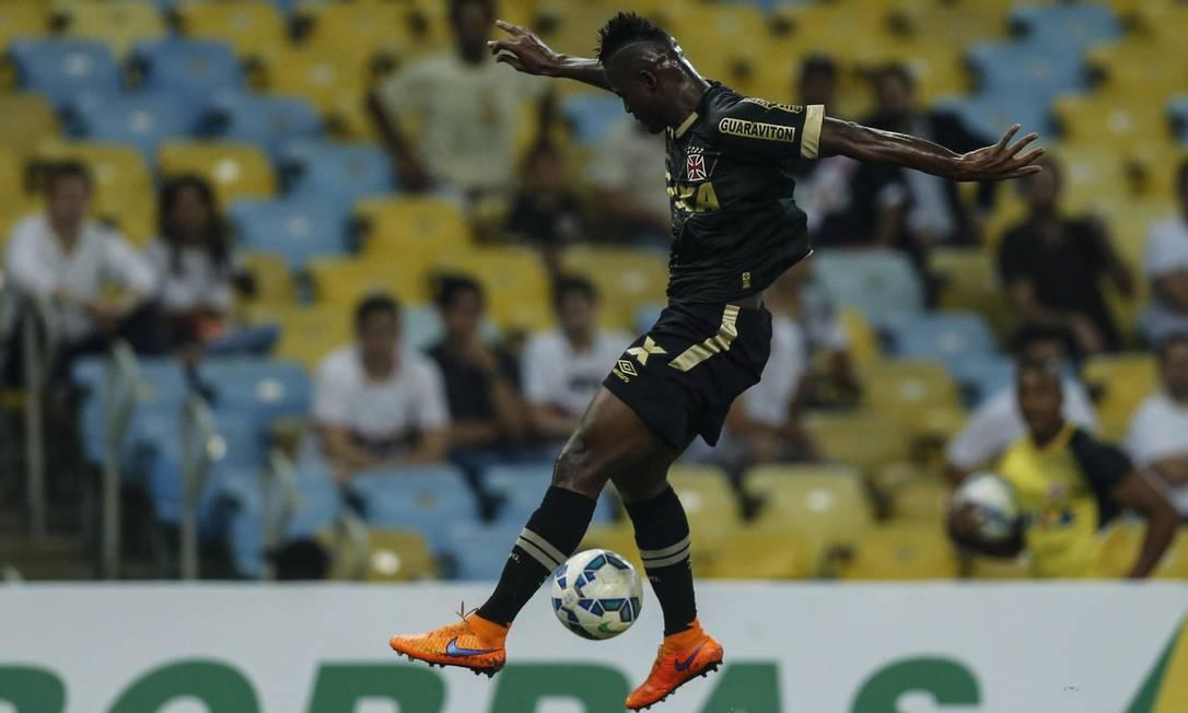 Colombiano Riascos domina a bola no Maracanã Agência O Globo