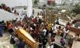 Sepultamento. Enterro de Eduardo foi marcado por protestos: moradores da Providência foram ao cemitério em ônibus escoltados pela polícia