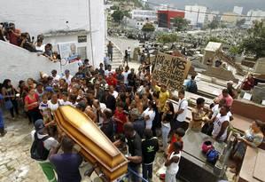 Sepultamento. Enterro de Eduardo foi marcado por protestos: moradores da Providência foram ao cemitério em ônibus escoltados pela polícia Foto: Gabriel de Paiva / Gabriel de Paiva