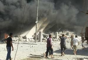 Imagem divulgada pela Defesa Civil Síria, após bombardeio em Talbiseh, em Homs, na quarta-feira Foto: Defesa Civil Síria via AP