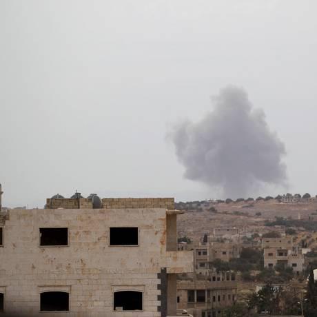 Base controlado por rebeldes do grupo Ahrar al-Sham Movement é atingida na província síria de Idlib. Segundo insurgentes, ofensiva foi realizada pelas forças russas Foto: KHALIL ASHAWI / REUTERS