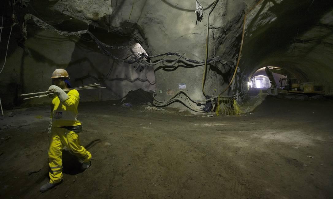 Esse será o maior túnel urbano rodoviário do Brasil. Em uma velocidade de 80 km/h, provavelmente a máxima a ser permitida por ali, o trajeto será percorrido em 2min30s Foto: Antônio Scorza / Agência O Globo