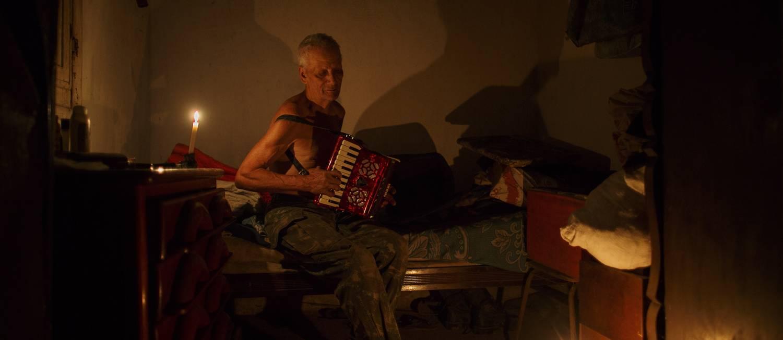 Retrato do Seu Arnaldo, com seu acordeon de oito baixos, no quarto onde dorme ouvindo radio de pilha, no alto da Serra da Virgem Maria Foto: Daniel Marenco / Agência O Globo
