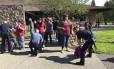 Policiais vasculham pertences de alunos após ataque