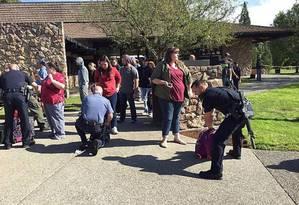 Policiais vasculham pertences de alunos após ataque Foto: Reprodução