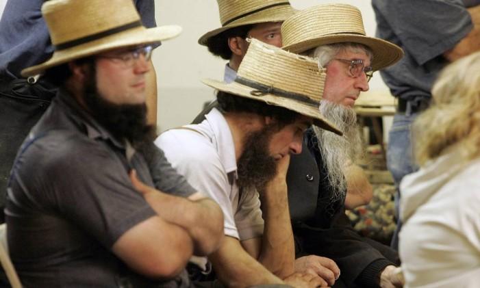 Homens amish lamentam morte de alunas em um ataque a uma escola da sua comunidade na Pensilvânia em 2006 Foto: Tim Shaffer / Reuters