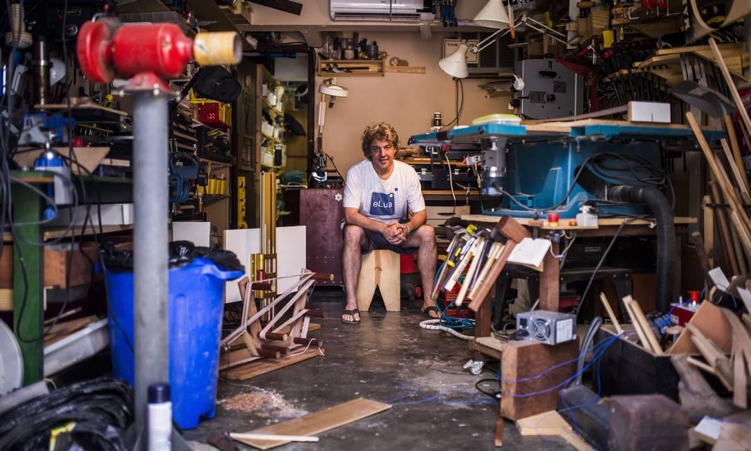 FAZ TUDO. Dado Sutter em sua garagem, sede do OHMS (Our Home Maker Space) Foto: Fabio Seixo / Agência O Globo
