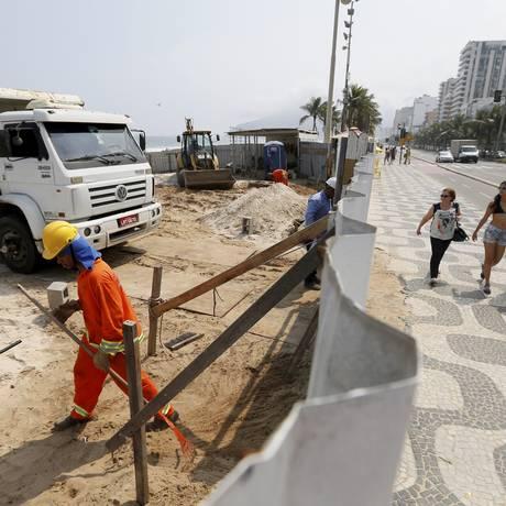 Gari limpa área de obra em Ipanema: tapumes serão retirados nesta sexta-feira Foto: Pablo Jacob / Agência O Globo