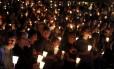 Centenas de pessoas participam de vigília na faculdade comunitária de Umpqua, em Roseburg, no estado de Oregon