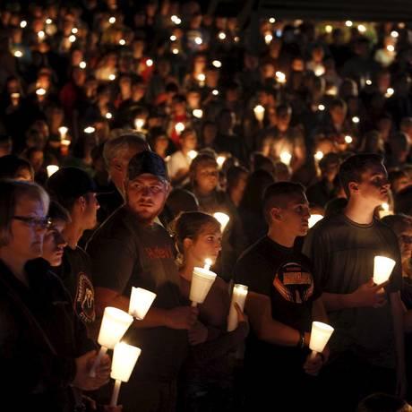 Centenas de pessoas participam de vigília na faculdade comunitária de Umpqua, em Roseburg, no estado de Oregon Foto: STEVE DIPAOLA / REUTERS