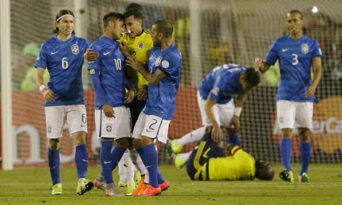 Neymar se estranha com o colombiano Murillo: suspensão de quatro jogos que o tirou da Copa América e também do início da seleção brasileira nas eliminatórias Foto: Ricardo Mazalan / AP