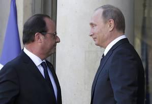 O presidente russo, Vladimir Putin, à direita, e o presidente francês, François Hollande, se encontram para discutir a crise ucraniana no Palácio do Eliseu, em Paris Foto: PHILIPPE WOJAZER / REUTERS