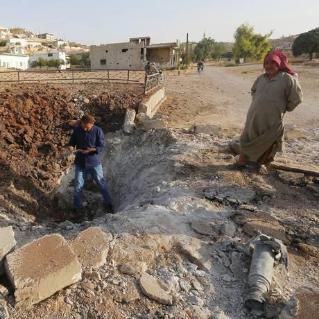 Segundo ativistas, ataques aéreos russos deixaram uma cratera em Latamneh, na província síria de Hama Foto: AMMAR ABDULLAH / REUTERS