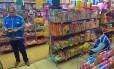 Fiscais do instituto verificam se os produtos vendidos apresentam o selo do Inmetro Foto: Divulgação