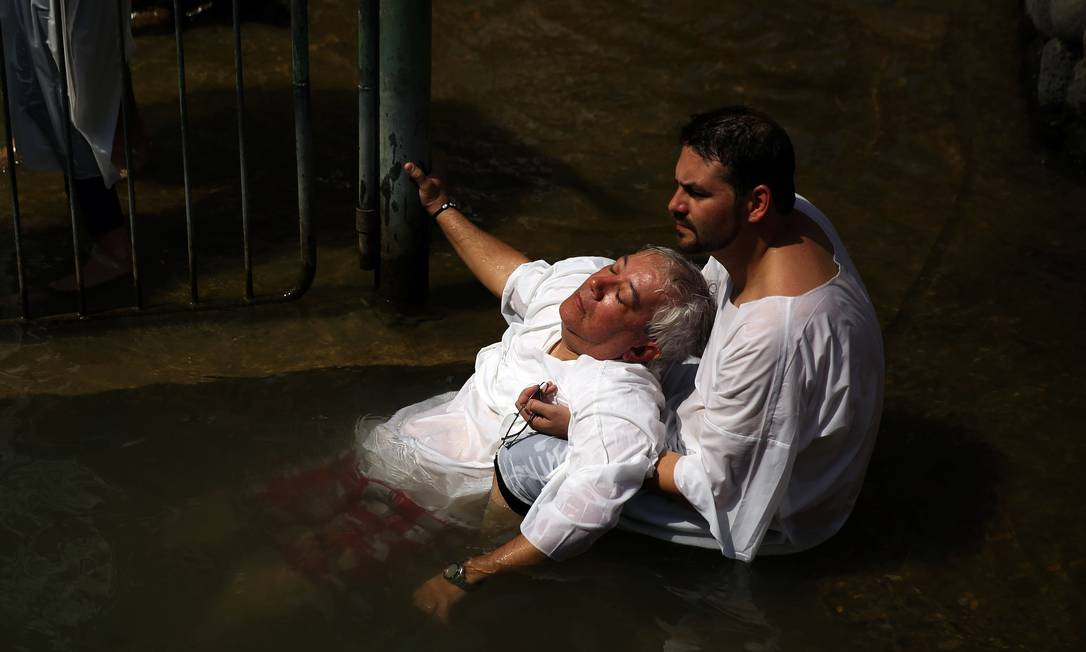 Peregrinos brasileiros de diversas denominações evangélicas excursionam a Israel para receberem benções nas águas do rio Jordão, onde, segundo a Bíblia, Jesus Cristo foi batizado GALI TIBBON / AFP