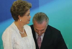 Presidente Dilma Rousseff ao lado do vice Michel Temer durante anúncio de novos ministros na reforma administrativa do Governo Federal, no Palácio do Planalto Foto: André Coelho / Agência O Globo