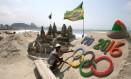 Zona Sul. No dia seguinte à vitória do Rio de Janeiro para sediar a Olimpíada de 2016, Rogean Rodrigues mostra escultura de areia na Praia de Copacabana Foto: Guilherme Pinto 03/10/2009 / Agência O Globo