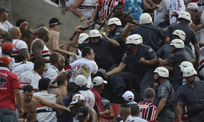 Briga de torcidas Foto: Levi Bianco / Agência O Globo