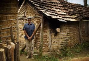 Seu Dino, de 82 anos, junto a sua casa de pau a pique, no alto da Serra da Virgem Maria Foto: Daniel Marenco / Agência O Globo