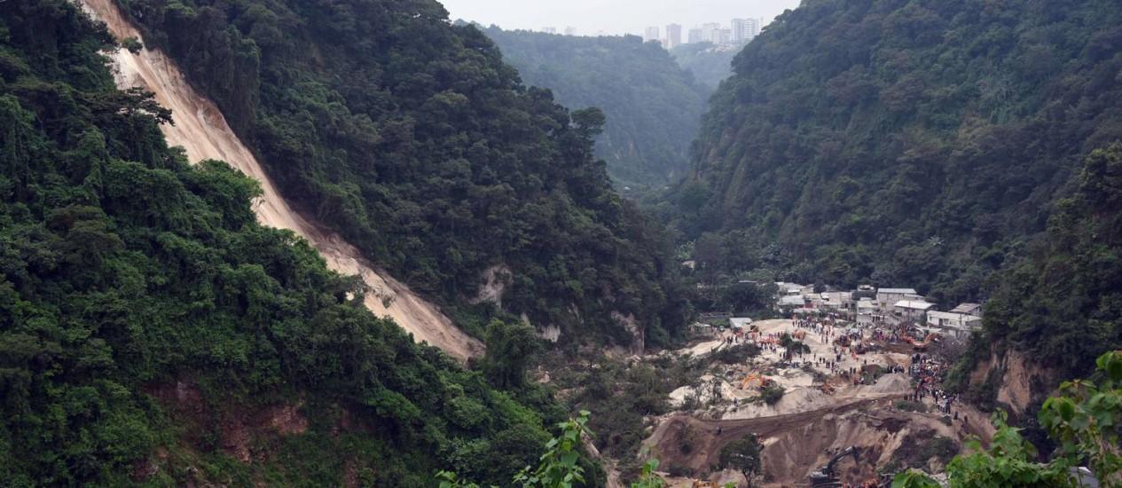 Vista da vila de El Cambray II, em Santa Catarina Pinula, depois do deslizamento de terra Foto: JOHAN ORDONEZ / AFP