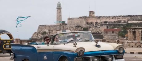 Turistas em táxi, em Havana Foto: YAMIL LAGE / AFP
