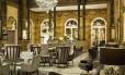 Colunas de granito e decoração suntuosa no lobby do Hilton Paris Opera