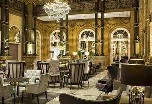 Colunas de granito e decoração suntuosa no lobby do Hilton Paris Opera Foto: The New New York Times / Divulgação