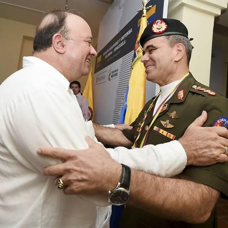 Ministros de Defesa da Colômbia e da Venezuela se abraçam após encontro bilateral Foto: MAURICIO ORJUELA / AFP