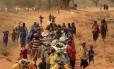 Somalis caminham em direção a um campo de refugiados no Quênia: desertificação do campo