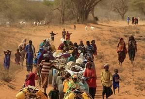 Somalis caminham em direção a um campo de refugiados no Quênia: desertificação do campo Foto: Rebecca Blackwell/AP