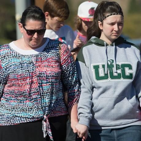 Estudantes e funcionários da Umpqua Community College chegam ao campus, um dia após tragédia Foto: SCOTT OLSON / AFP