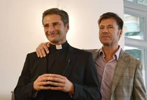 O padre Krysztof Olaf Charamsa (à esquerda) dá entrevista ao lado do parceiro Edouard, em Roma Foto: TIZIANA FABI / AFP