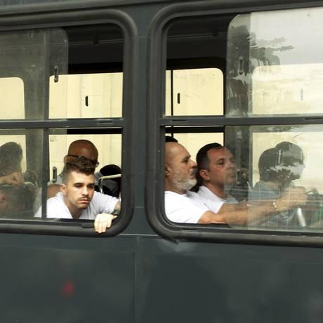 Policiais presos deixam o BEP, em Benfica, e seguem para o presídio em Niterói Foto: Gabriel de Paiva / Agência O Globo