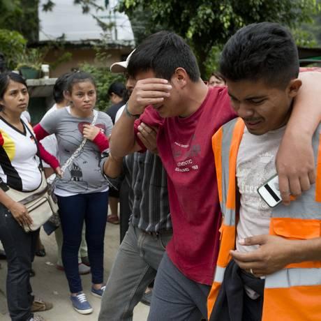 Moradores desolados descobrem que familiares morreram em deslizamento Foto: Moises Castillo / AP