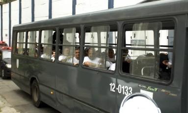 Policiais presos no BEP, em Benfica, foram transferidos para presídio em Niterói Foto: Gabriel de Paiva / Agência O Globo