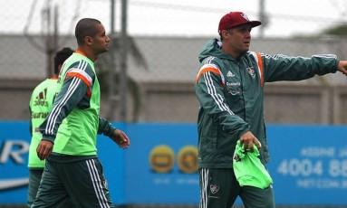Wellington Paulista no treino do Fluminense ao lado do técnico Eduardo Baptista. Centroavante vai substituir Fred Foto: Divulgação/Fluminense