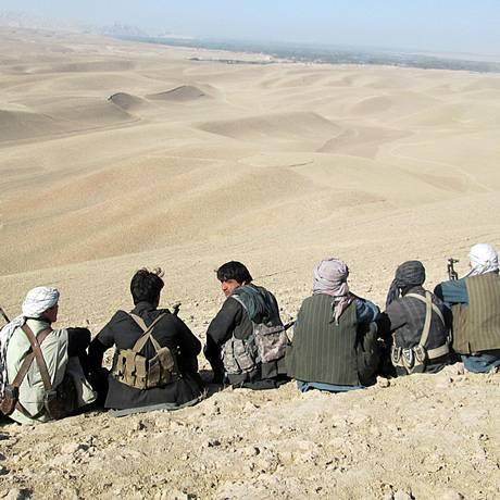 Soldados e milicianos afegãos veem dunas enquanto preparam contraofensiva por Kunduz Foto: Naim Rahimi / AP