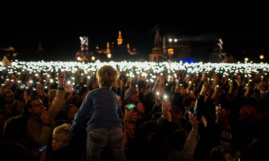 Com luzes artificais, público de show pró-refugiados mostrou solidariedade Foto: Christian Bruna / AP
