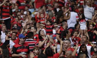 A torcida do Flamengo no Maracanã acompanhando a partida contra o Joinville Foto: Marcelo Carnaval / O Globo