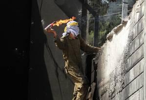 Palestino joga coquetel molotov contra soldados israelenses Foto: MUSA AL-SHAER / AFP