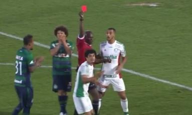 Árbitro mostra cartão vermelho a Egidio, do Palmeiras. Depois voltou atrás e teve que mandar chamar o jogador no vestiário Foto: Reprodução