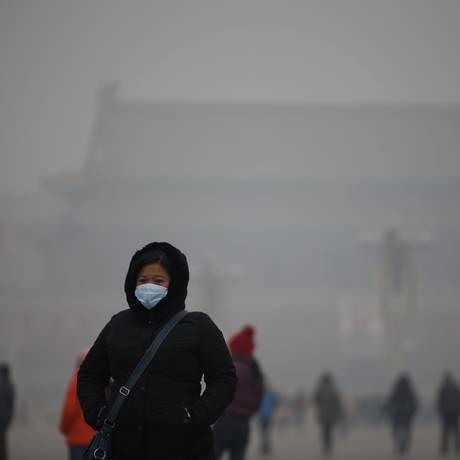 Poluição: Mulher de máscara em Pequim: incertezas na questão do clima Foto: KIM KYUNG-HOON / 15-01-2015/ REUTERS
