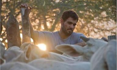 Em 'Boi neon', Juliano Cazarré é um vaqueiro que costura roupas femininas Foto: Divulgação