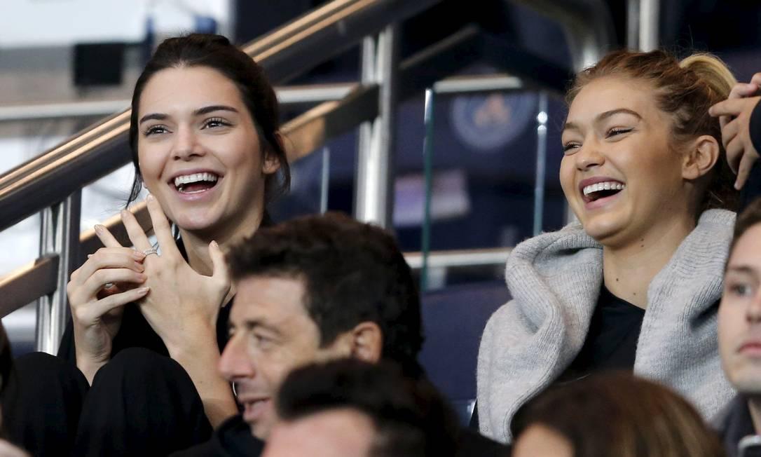 As duas se divertiram na partida, que terminou com a vitória do PSG sobre o Olympique por 2 x 1 REGIS DUVIGNAU / REUTERS