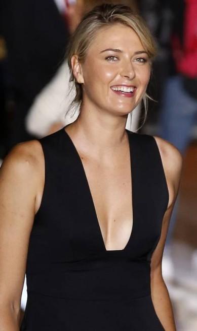 A tenista Maria Sharapova foi outra que apostou no poder no decote na primeira fila do desfile de Stella Francois Mori / AP