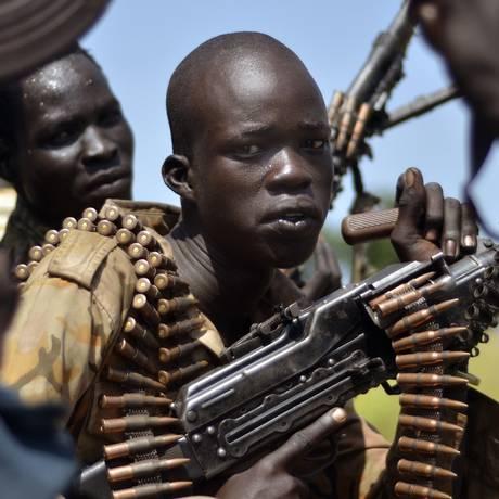 Soldados na cidade Koch, no Sudão do Sul, são fotografados após confrontos com rebeldes no país, um dos piores no Índice Ibrahim Foto: Jason Patinkin / AP